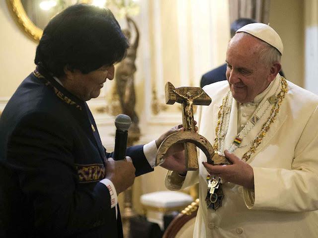 Na Bolívia, o ditador Evo Morales presenteia o Papa  uma foice e martelo sobre a qual o Santíssimo Redentor está crucificado