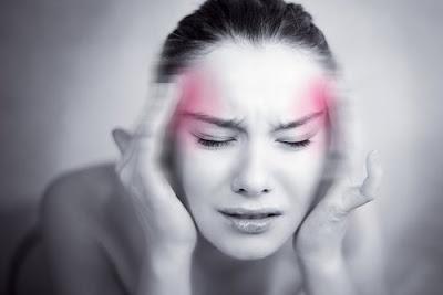 mujer con dolor de cabeza y estrezada