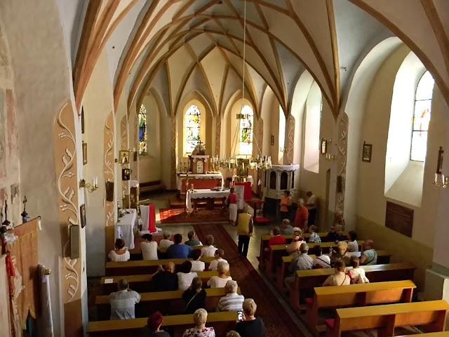 W kościele znajdują piękne kolebkowe sklepienia.