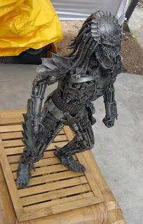 Escultura con metal reciclado del depredador