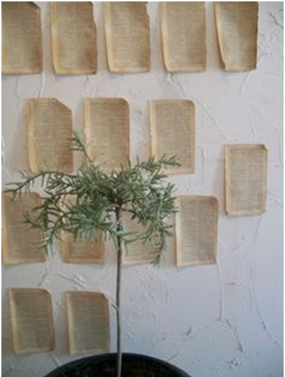 11. Kertas buku bekas jadi hiasan dinding simple.