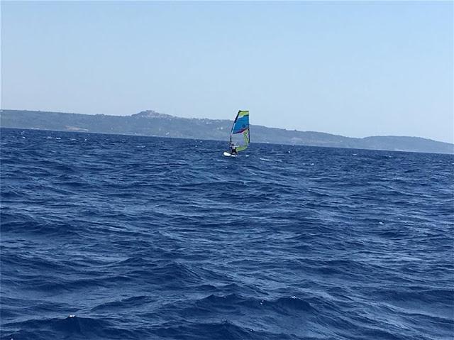 Έφτασε με wind serfing στην Κυλλήνη από την Κεφαλλονιά η 81χρονη σέρφερ Αναστασία Γερολυμάτου (Photo)
