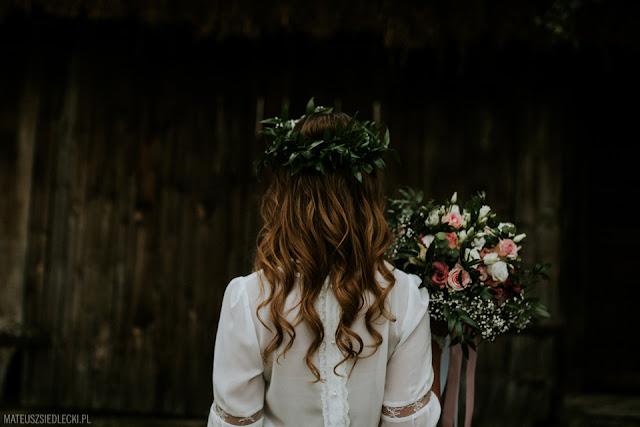 Koronkowa suknia ślubna w stylu rustykalnym.