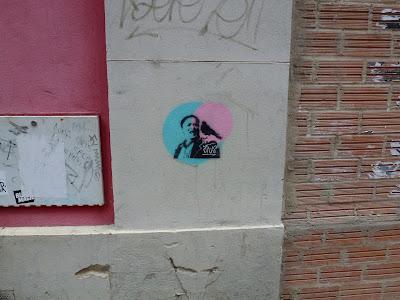 """""""blue and red"""" - oder """"lieber den Vogel auf der Schulter, als..."""" - Stencil in Saragossa, Spanien"""