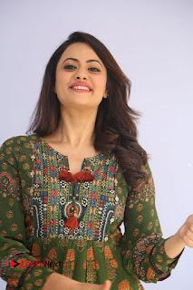 Actress Shruti Sodhi Pictures at Meelo Evaru Koteeswarudu Trailer Launch  0014.JPG