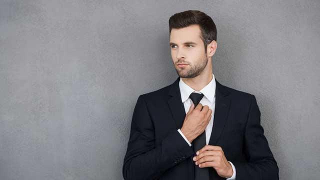 Sebenarnya banyak cara memasang dasi yang bisa dilakukan. Namun, lain halnya jika memasang dasi agar berbentuk segitiga. Cukup sekali anda praktekan, umumnya orang akan langsung bisa.