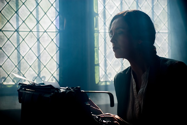 secretaria escribiendo a máquina