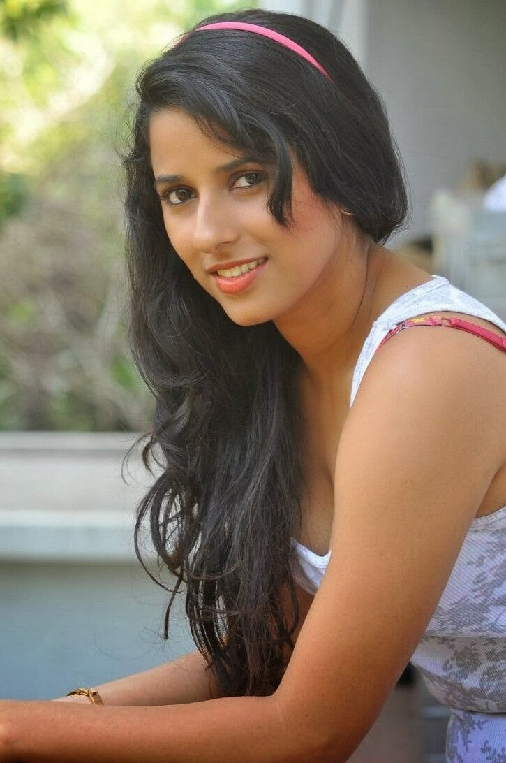 hot Shravya reddy outdoor photo-shoot gallery