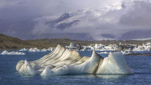 foto gunung es yang mengambang di Jokusarlon
