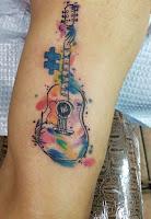 tatuaje de guitarra con acuarelas
