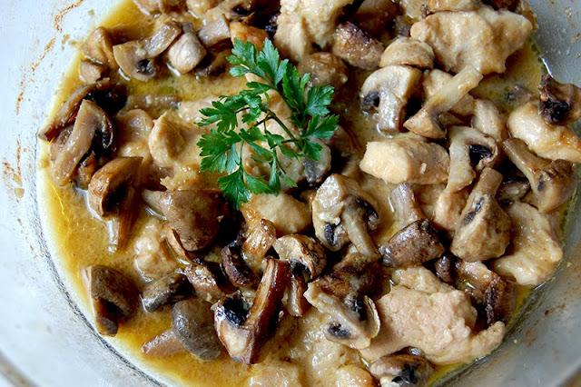 kurczak z pieczarkami - przepis - Smaki Prowincji