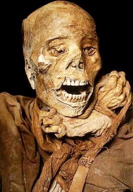 Foto de una momia de chachapoyas con dientes en buen estado