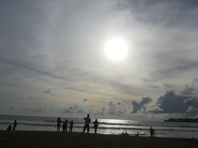 http://www.renidwiastuti.com/2018/02/indahnya-sunset-di-pantai-konang.html