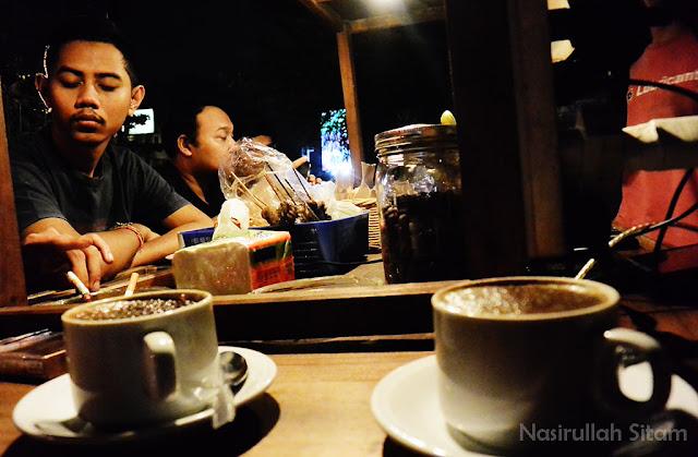 Para pecinta kopi asyik menunggu pesanannya