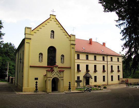 Sanktuarium św. Józefa z przylegającym klasztorem.