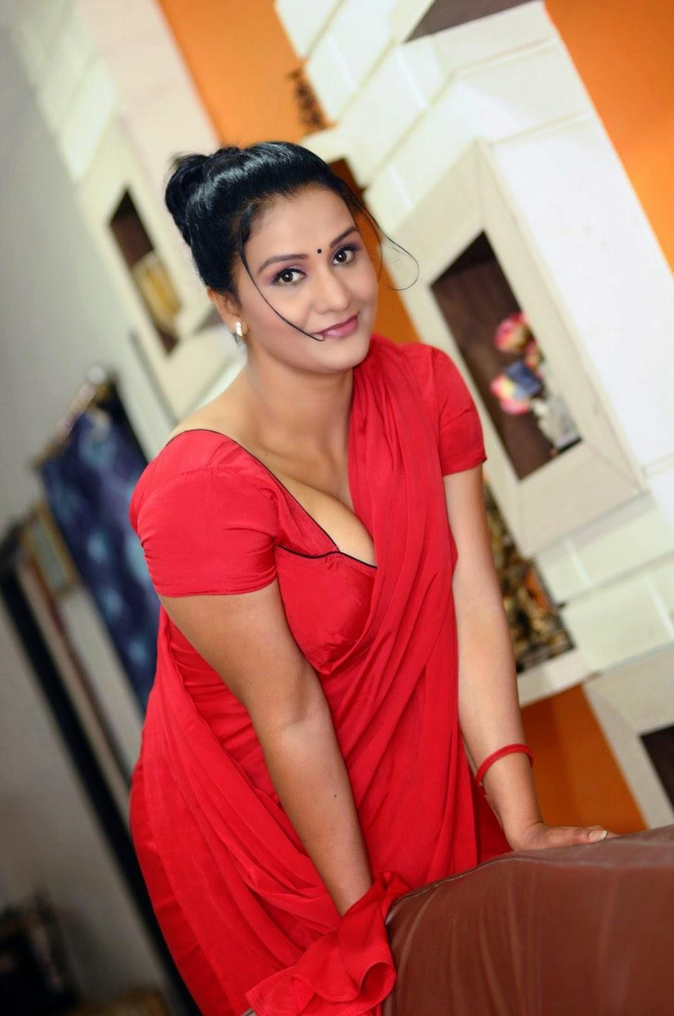 Hot Mallu Aunty Apoorva Huge Cleavage And Navel Show -3201
