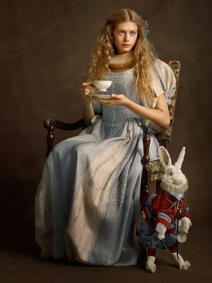 Alice do pais das maravilhas com vestido do século 16