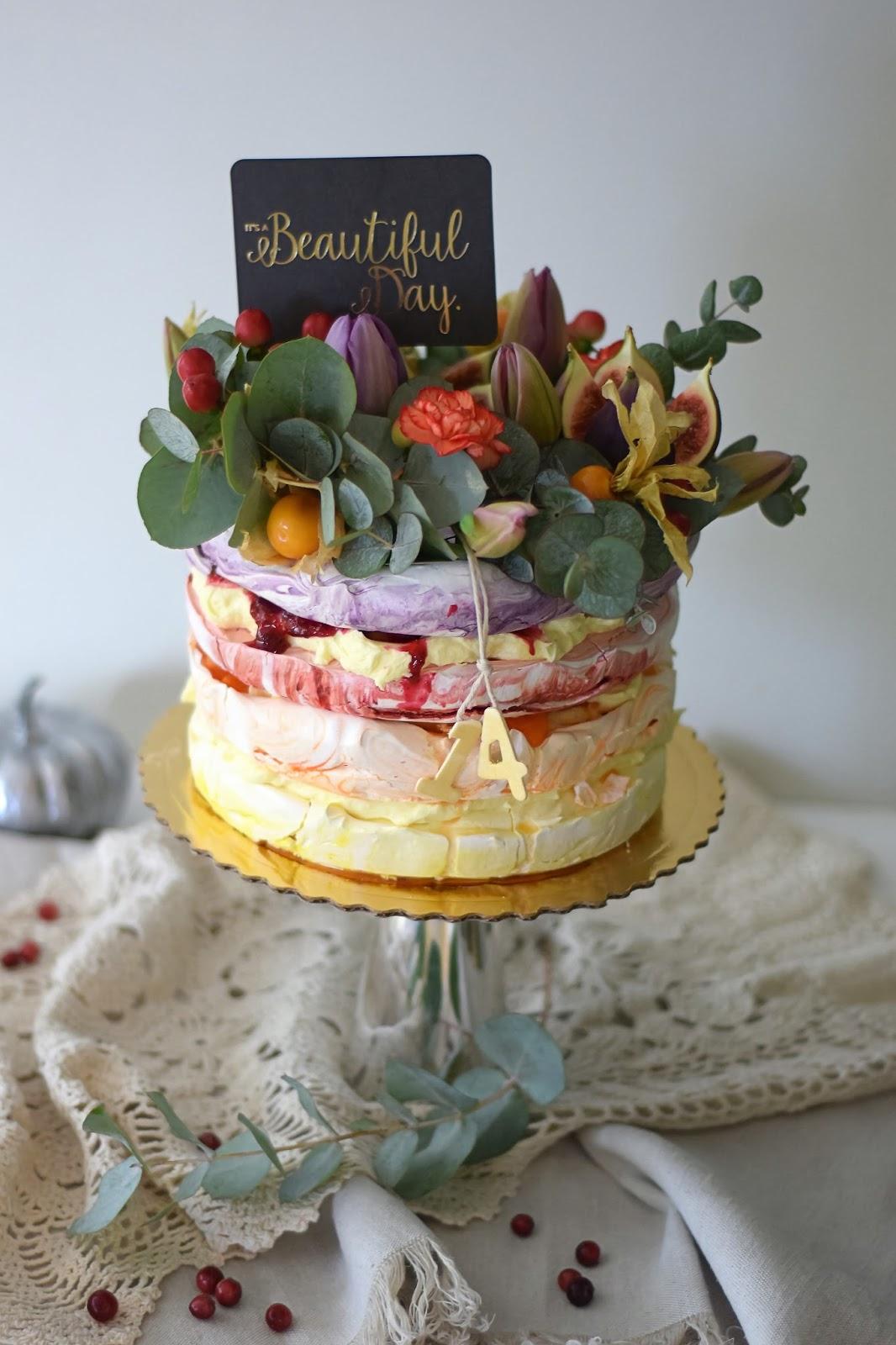 Urodzinowy Tort Bezowy Z Dekoracją Z Owoców I żywych Kwiatów