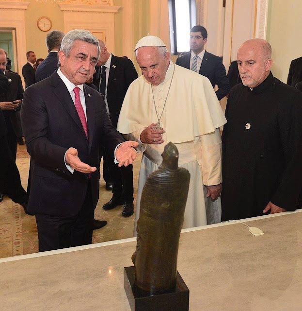 Estatua de Gregorio de Narek instalada en los jardines del Vaticano