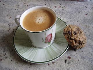 Cookies aux pépites de chocolat avec uune tasse de café, recette de la box de Pandore