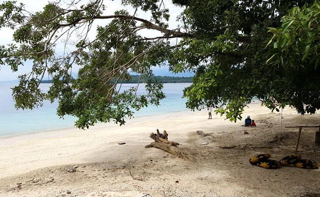www.xvlor.com White Sand Beach is south coast of Manokwari on north coast of Papua