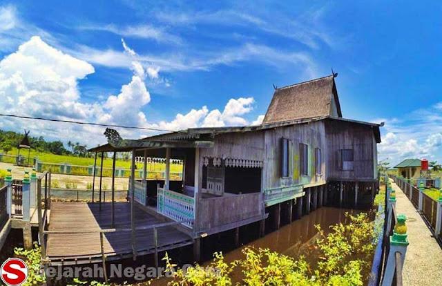Gambar Rumah adat Banjar Bubungan Tinggi Kalimantan Selatan