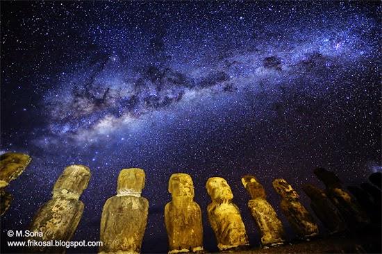 estatuas da ilha de pascoa a noite - moais