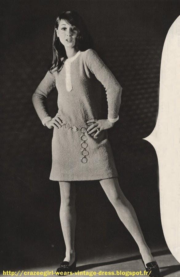 Couturier dynamique , Louis Feraud doit son succès à sa façon de savoir adapter la mode à la vie moderne de tous les jours et de tous les pays .  L'ensemble clouté , en flanelle grise et jersey blanc.   La robe est droite avec de simples surpiqûres tout aurour stimulant les découpes . Trois rectangles cloutés la personnalisent.  La cape chasuble est sans manche , légèrement évasée . Flanelle pure laine de Schmoll . Chaussures François Villon -  Le manteau col cheminée : à col géant , il est noir comme le veut la mode d'hiver , croisé, à bords arrondis et à peine ceintré. Ratine pure laine de Leonard - Louis Feraud - Chapeau Paulette - Cuissardes François Villon Robe plisée à manches raglan en crêpe de soie , rose à l'encolure - Yves Saint Laurent -   Manteau blanc bordé de noir sur un fourreau à bretelles à crêpe de soie - Louis Feraud -  1967 Robe en tissus velouté , court empiècement prolongé en pointe devant et fausses manchettes blanches - Printemps Haussmann - 1967 Stricte robe à découpes arrondies surpiquées . einture marquant la taille haute . André Courrèges - 1967 vintage fashion mode années 60 1960 sixties 60's 1960s 60s sew sewing retro Thigh high boots leather