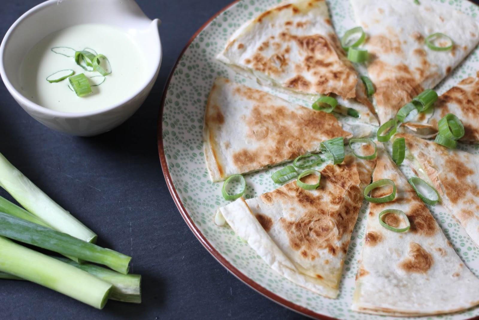 Quesadillas mit Frühlingszwiebeln und Cheddar
