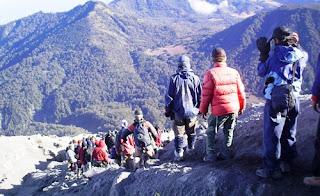 Ratusan Wisatawan Turun Dari Gunung Rinjani Dengan Selamat