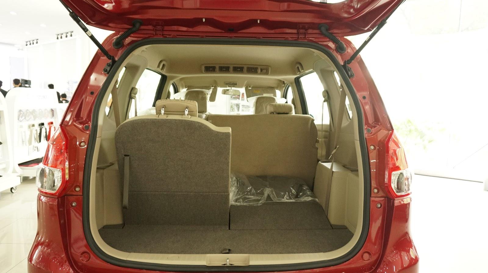Hàng ghế thứ ba của xe phù hợp với người nhỏ hoặc trẻ em, có thể gập xuống để chở hành lý, phía sau và ở dưới vẫn còn nhiều không gian chở đồ, rất tiện lợi