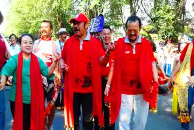 Wali Kota FX Hadi Rudyatmo beserta istri, Endang Prasetyaningsih, serta Wakil Wali Kota Solo Purnomo, dan sebanyak pejabat lain tampak ikut menari bersama ribuan peserta Solo Menari lainnya.