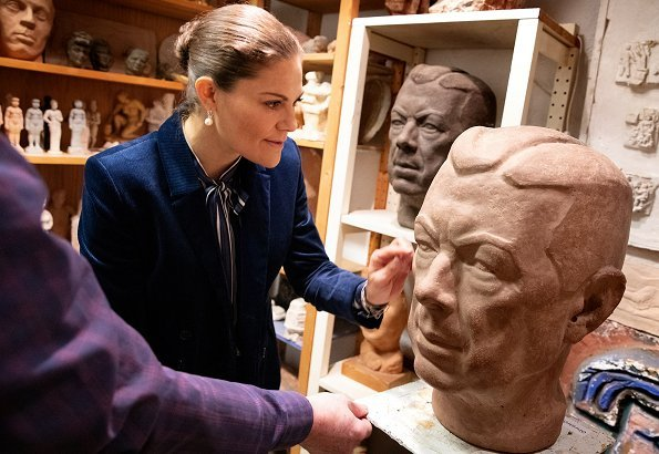 Crown Princess Victoria visited Edvin Öhrström's workshop to get information about Edvin Öhrström's works of art