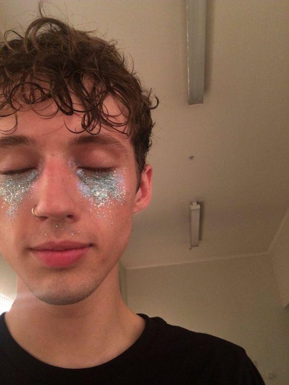 glitter no olhos rosto masculinos