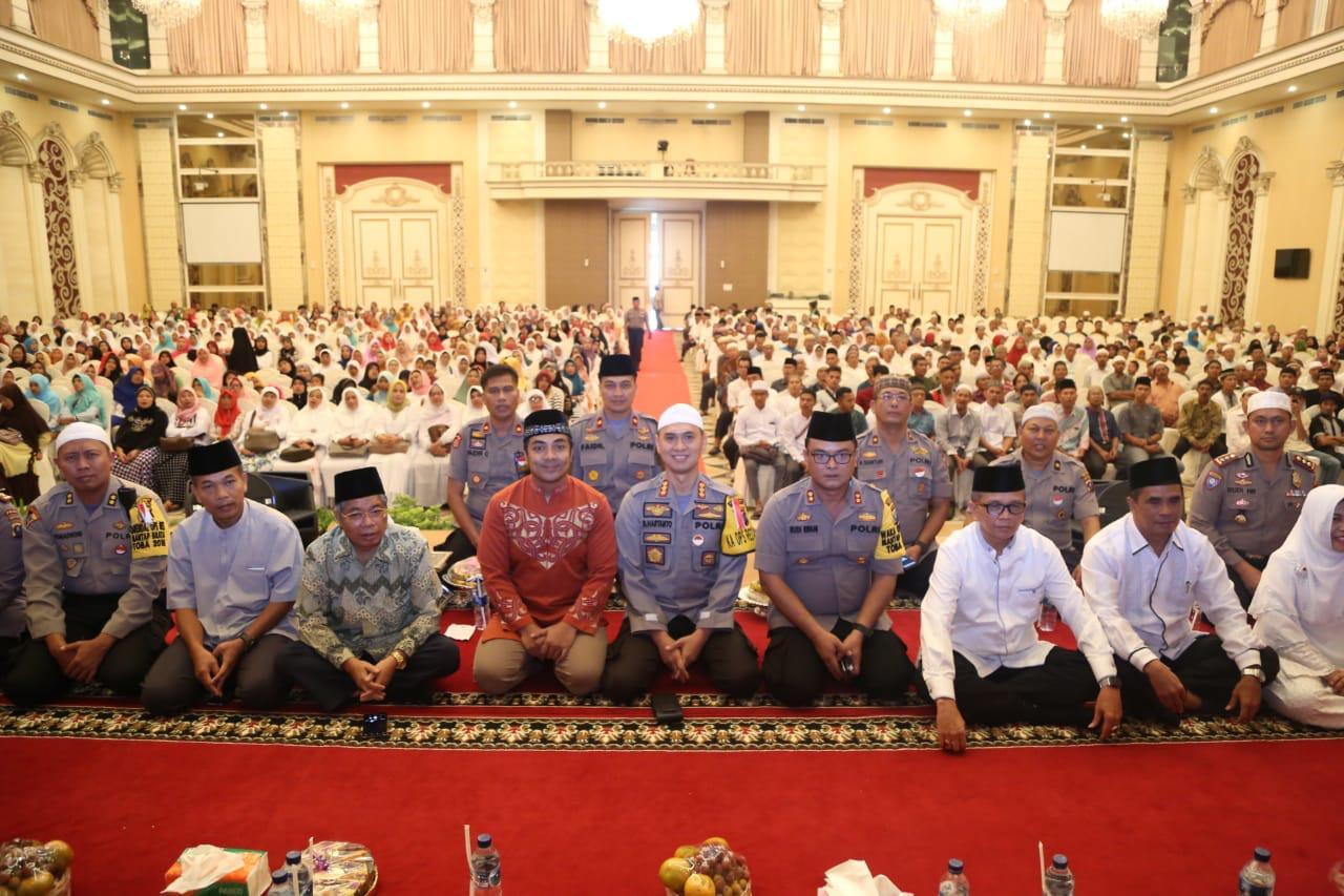 TABLIGH AKBAR:Kapolrestabes Medan, Kombes Pol Dr Dadang Hartanto SH SIK MSi saat Tabligh Akbar.