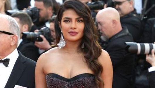 Terinspirasi Gaya Lady Diana, Priyanka Chopra Tampil Keren di Cannes 2019