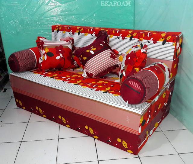 Sofa bed inoac dengan corak motif bunga sakura merah maroon