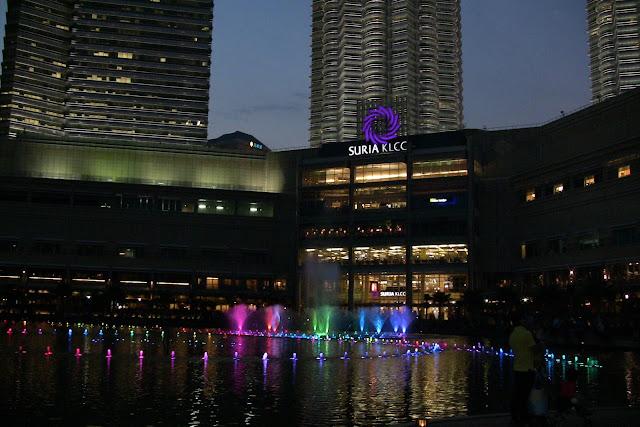 Fontanna przed Petronas Towers