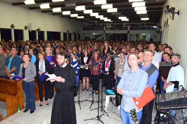 Ucranianos: Coral Vesná e padres partilham Santa Missa na Paróquia São Pedro