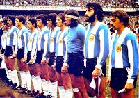 SELECCIÓN DE ARGENTINA - Temporada 1976-77 - Carrascosa, Gallego, Luque, Bertoni, Ardiles, Passarella, Jorge Mario Olguín, Pernía, Gatti, Villa y Larrosa - ARGENTINA 1 (Passarella) REPÚBLICA FEDERAL DE ALEMANIA 3 (Klaus Fischer 2, Hölzenbein) - 05/06/1977 - Partido amistoso - Buenos Aires, Argentina, estadio de La Bombonera