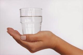 يد تحمل كأس