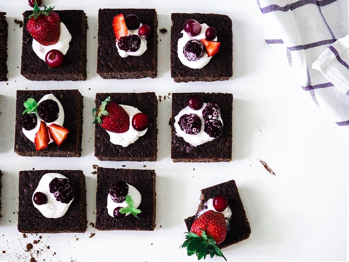 9 kawałkow brownie, truskawki, zurawina, jezyny, mieta