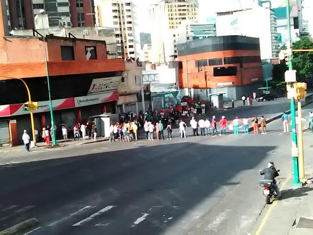 Pensionados cierran calles en diferentes zonas de Caracas en exigencia de pago en efectivo
