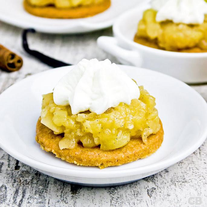 Recept Mini-appeltaartjes: brosse kaneelbodempjes met karamelappeltjes en een toefje slagroom