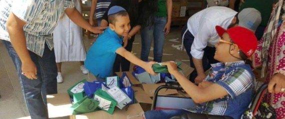 Des Juifs distribuent des repas aux Musulmans à l'occasion de la rupture du jeûne au Maroc.