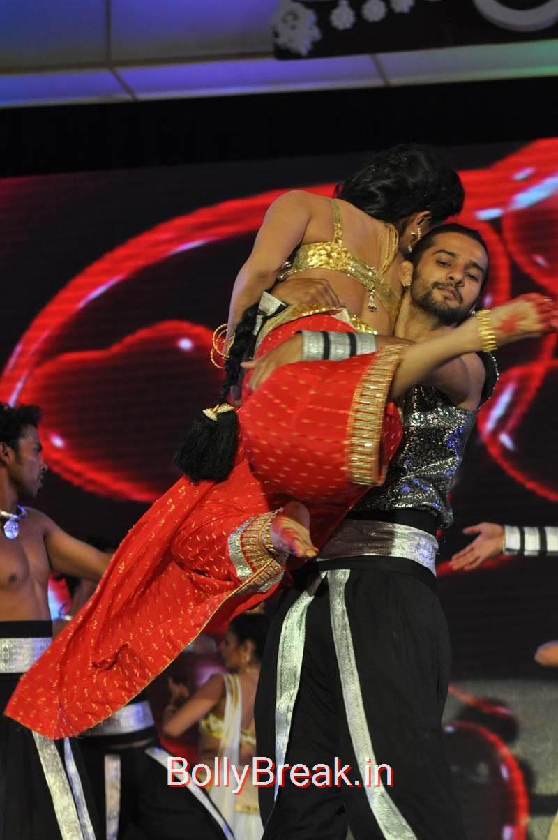 Pooja Kumar Pics, Actress Pooja Kumar Hot Dancing Pics at  Uttama Villain Movie Aduio Launch