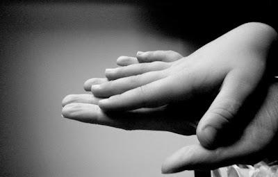 Poème d'une mère à son fils, mains superposées mère-fils