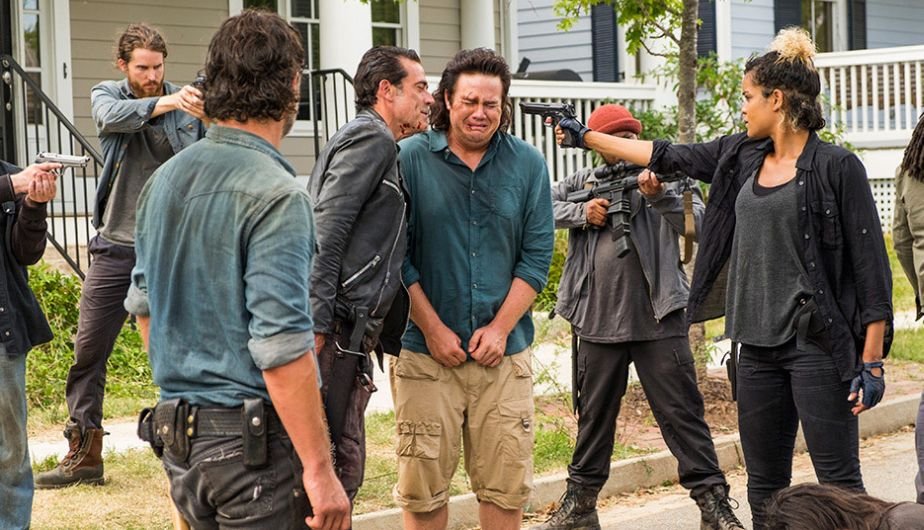 Eugene y Negan, durante el enfrentamiento en el episodio Hearts Still Beating de The Walking Dead