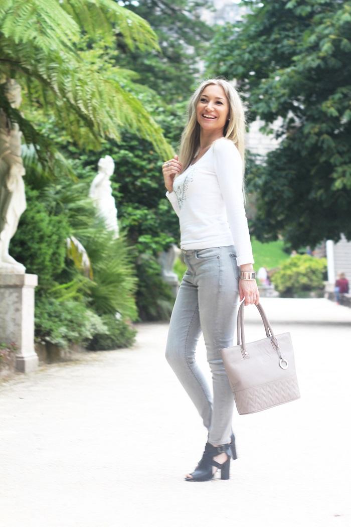 Partilho hoje convosco um look em tons de branco e cinza, com camisola Guess e a carteira KAILLA (Athena) em cinza (taupe) e efeito matelassé. Mala/Handbag. Style Statement. Portugal.