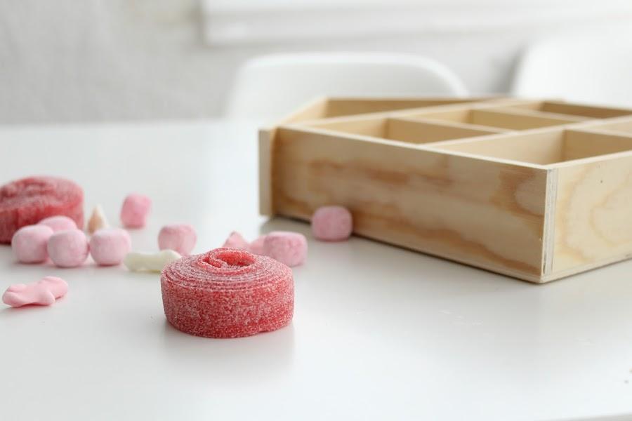 casita de madera con chuches para regalo de bebé
